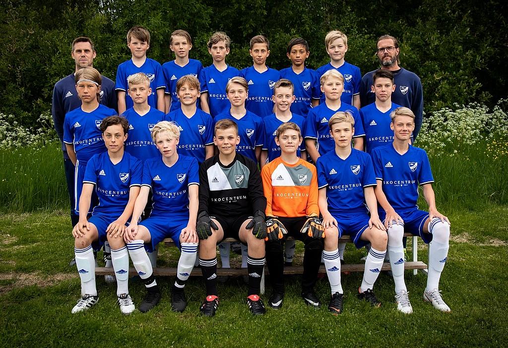 I dag består laget av fyra tränare och 19 hårt kämpade killar födda 2005  som alla älskar att träna och spela fotboll. 1da9c959321ec